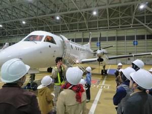 飛行機の間近で、迫力の機体見学。下から見る飛行機は初めてかも?