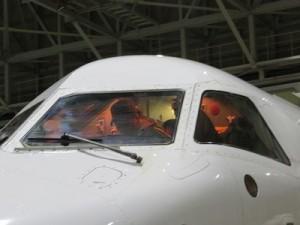親子でコックピットへ。中から歓声が聞こえてきます。気分はパイロット。