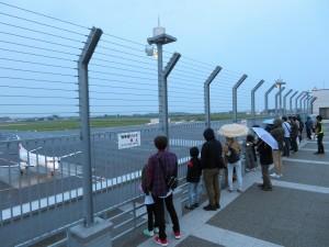 あいにくの小雨の中、みんなで航空機をお出迎えしました。飛行機や空港の秘密もたくさん教えてもらいました。